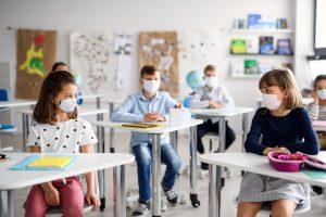 Enfants portant des masques en classe